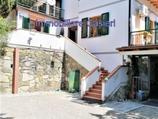 Villa di 180 mq suddivisa su tre livelli e libera su quattro lati con doppio acceso carrabile e pedonale in Vendita